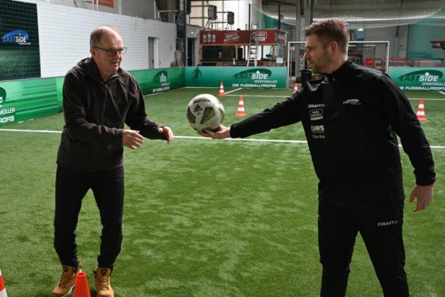 Joachim Müller (links) hat vor 25 Jahren das Eastside Fußballcamp gegründet. Im vergangenen Jahr hat er den Ball an seinen Nachfolger Thomas Wels übergeben.