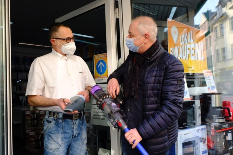 """Der auch als """"Click & Collect"""" bezeichnete Abholservice bei Expert Müller an der Reichenbacher Bahnhofstraße. Michael Köllmer aus Rotschau (rechts) lässt sich von Fachverkäufer André Täubert den vorbestellten Staubsauger aushändigen. Expert-Chef Bernd Müller: Die Kunden nehmen diese Einkaufsmöglichkeit bei uns gut an."""