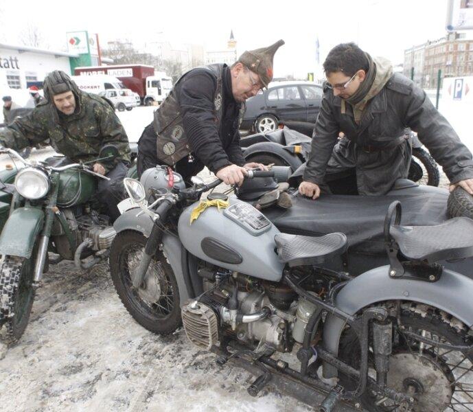 Chris Loske (rechts), stolzer Besitzer eines Dnepr-Motorradgespanns, konnte am Sonntag am Fahrzeugmuseum an der Zwickauer Straße mit Gleichgesinnten über die Vorzüge russischer Fahrzeugtechnik fachsimpeln.