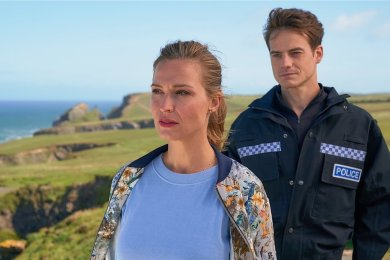 """Ihre gemeinsame Vergangenheit holt Flora (Pina Kühr) und Eric (Ian Thomas McMillan) in """"Stadt, Land, Kuss"""" plötzlich wieder ein. Doch der Pilcher-Fan weiß: Für die Liebe ist es nie zu spät."""