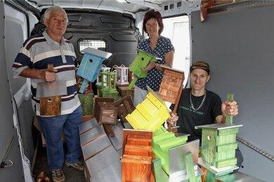 Erhard Wagner (links) hat zwei Nistkästen bei der Anlieferung von Stadtteilmanagerin Sabine Resche und Werkstattmitarbeiter Benjamin Gribowski erhalten.