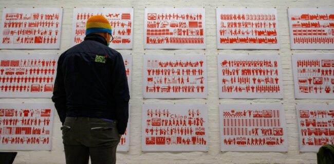 """""""Faustpfand, Treuhand und die unsichtbare dritte Hand"""" heißt das Werk von Andreas Siekmann. Mit hunderten Piktogrammen arbeitet er die ökonomischen Prozesse, die hinter dem Wirken der Treuhand stehen, künstlerisch auf."""
