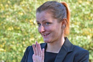 Melanie Baumann ist Gebärdendolmetscherin. Die Lunzenauerin ist landesweit im Einsatz, dolmetscht zu Arztvisiten, im Jobcenter oder in Firmen und Schulen. Der Mund ist unabdingbar zu sehen für die Lautsymbolik - schwierig in Zeiten des Maskentragens.
