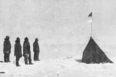 Sie haben ihr Ziel erreicht: Roald Amundsen, Helmer Hanssen, Sverre Hassel und Oscar Wisting (von links) am Südpol. Sie fanden ihn durch den gewissenhaften Gebrauch des Sextanten.