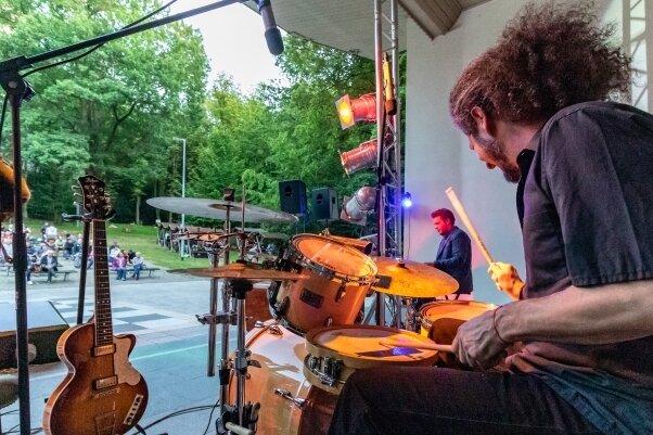 """""""Sommer im Wettinhain"""" heißt dieses Jahr eine Veranstaltungsreihe in Burgstädt. Den Auftakt machte am 31. Juli die Burgstädter Band The Six Pickles mit ihrem zweistündigen Konzert vor 160 Besuchern."""