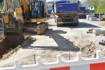 Der Ausbau der Tschaikowskistraße war voriges Jahr im unteren Teil begonnen worden - rechts im Bild die Ernst-Grube-Sporthalle. Jetzt soll bis zur Karl-Kegel-Straße weitergebaut werden.