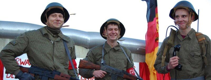 """<p class=""""artikelinhalt"""">Erschreckend authentisch: Maik Rudolf (32), Julien Schreck (20) und Lars Schöberlein (19) (von links) haben am Samstag zur Filmpremiere in Uniformen der ehemaligen Nationalen Volksarmee das Grenzregime nachgestellt. """"Wir wollen zeigen, warum es gut ist, dass Mauer und Schießbefehl weg sind"""", sagte Maik Rudolf, der als Zwölfjähriger bei den Protestdemos im Herbst 1989 in Plauen dabei war.</p>"""