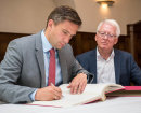 Martin Dulig trug sich bei seinem Besuch in Penig in das Goldene Buch der Stadt ein.