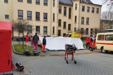 Mitarbeiter des DRK Rettungsdienstes bauten am Dienstag Zelte am Paracelsus-Klinikum Reichenbach auf.