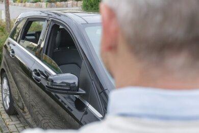 Weil die vordere und hintere Scheibe der rechten Seite seines Autos offen standen, ließ die Polizei den Wagen von Jörg Hitz abschleppen. Nun schickte sie ihm eine Rechnung. Dagegen legte er Widerspruch ein.