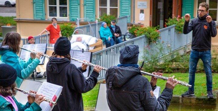 Die New Generation, die Jugendlichen des Oederaner Blasorchesters, erfreuten Bewohner und Mitarbeiter des Hospizes mit ihrer Musik.