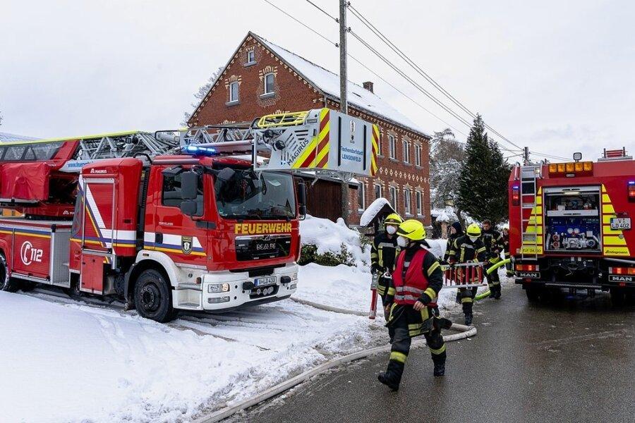 Kurz vor Mittwochmittag wurde die Polizei an die Röthenbacher Straße von Wildenau gerufen. Dort brannte es im Anbau eines Wohnhauses. Personen kamen nicht zu Schaden. Foto: David Rötzschke