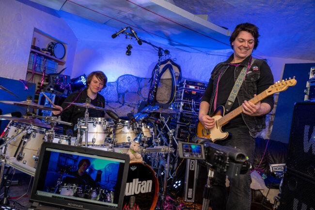 Haben sich am Wochenende schon mal warmgespielt: Sebastian Fischer (r.) und Schlagzeuger Christoph Gilbert im Proberaum von Simultan, aus dem am Samstag der Livestream des Faschingskonzerts mit Beiträgen vogtländischer Karnevalsvereine gesendet wird.
