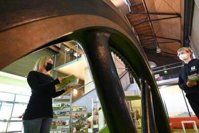 """Die Prospekte sind gedruckt, nur verreisen darf noch keiner: Herbergsleiterin Denise Mönnich (links) und Marketingchefin Susan Graf im Foyer der Jugendherberge """"Chemnitz Eins"""". Das Gebäude hat eine wechselvolle Geschichte als Fabrik hinter sich, ehe es 2009 zur Herberge umgebaut wurde."""