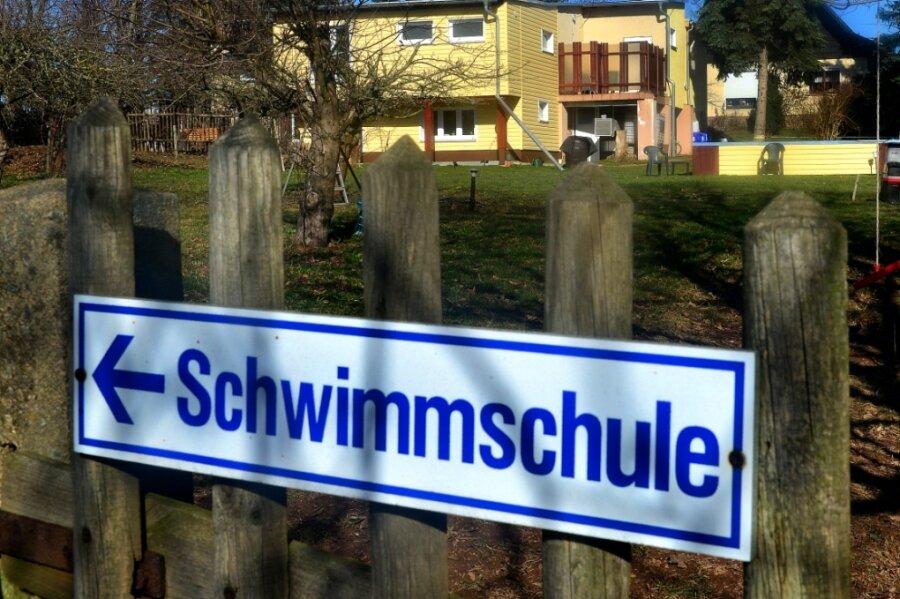 Die Schwimmschule Hoffmann im Frankenberger Ortsteil Sachsenburg musste nach einer Anordnung des Landratsamtes wieder schließen. Eine Woche lang konnten Nutzer, vorwiegend Familien, über eine stundenweise Vermietung in das Becken oder die Sauna gehen.