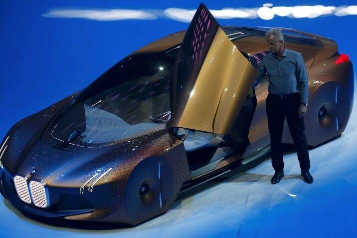 """So stellt sich der Autobauer BMW im 100. Jahr seines Bestehens das Autofahren in 25 bis 30 Jahren vor. Den Visionen haben Entwickler und Konstrukteure mit der Konzeptstudie """"Vision"""" eine Form gegeben, die auf der BMW-Präsentation zum Jubiläum vorgestellt wurde: Das Auto fährt automatisch. Fahrer und Fahrgäste sitzen sich im Wagen gegenüber, lesen oder trinken einen Kaffee. Die Technik zeigt dem Fahrer die Ideallinie und die optimale Geschwindigkeit. Auf der Windschutzscheibe erscheint ein digitales Abbild der Umgebung, das auch im Nebel die Straße zeigt und vor Hindernissen hinter der nächsten Kurve warnt. Auf dem Display erscheinen dagegen nur Informationen, die im Moment wichtig sind - alles andere wird ausgeblendet. Im Stau, im Stop-and-go-Verkehr oder auf der Autobahn kann der Fahrer seine Zeit so besser nutzen und das Steuer dem Computer übergeben."""