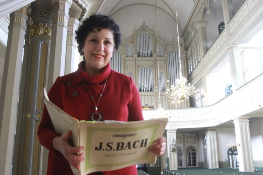 Sarah Stamboltsyan ist die neue Kantorin in der Laurentiuskirche Elsterberg und in der Kirche Netzschkau. Das Foto zeigt sie im Altarraum des Elsterberger Gotteshauses mit der Jehmlich-Orgel im Hintergrund. Diese wird sie am7. März erstmals in einem Gottesdienst spielen.