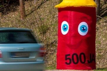 Maskottchen ULI macht unter anderem an der Bundesstraße 171 im Hüttengrund auf das Stadtjubiläum aufmerksam.