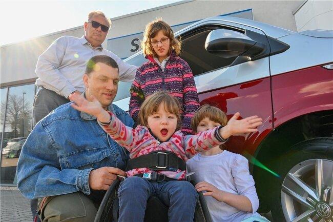 Ende April konnte Nico Günthel mit seinen Töchtern das neue Auto im Autohaus Schneider in Reichenbach von Michael Gawlitta (hinten links) in Empfang nehmen. Mittlerweile leistet das Fahrzeug der Familie schon gute Dienste und erleichtert ihren Alltag wesentlich.