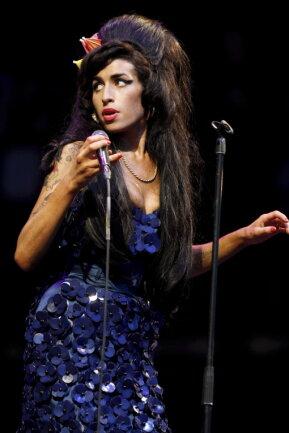 Die britische Singer-Songwriterin Amy Winehouse bei einem Auftritt auf dem Glastonbury-Festival.