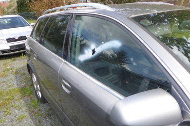 Eingeschlagene Scheiben, beschmierte Fahrzeuge. Die Täter beschädigten zahlreiche Autos auf dem Gelände.