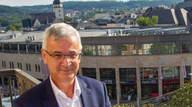 """Landrat Rolf Keil (CDU)  hat auch im Landratsamt einen schönen Ausblick. Der """"Alte Söll"""" in Schöneck ist jedoch sein Favorit."""