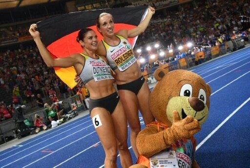 Pamela Dutkiewicz (l.) und Cindy Roleder jubeln