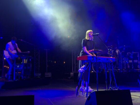 """Singer-/Songwriterin LEA spielte unter anderen ihr wohl bekanntestes Lied, """"Wohin willst du""""."""