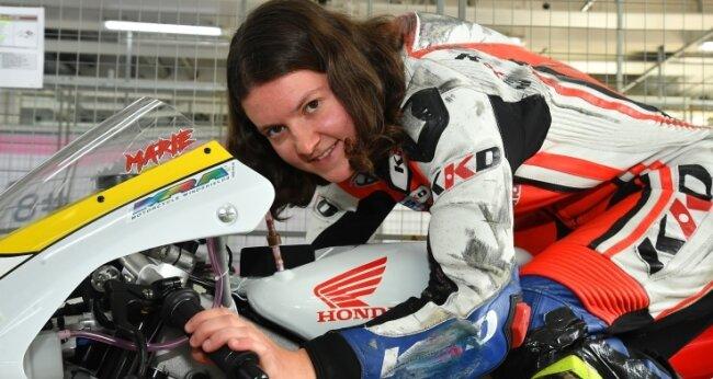 Rennfahrerin aus Gersdorf Marie Mende auf ihrer Honda NSF 250, mit der sie 2019 beim Honda Talent Cup im Rahmen der Alpe Adria International Motorcycle Championship gefahren ist.