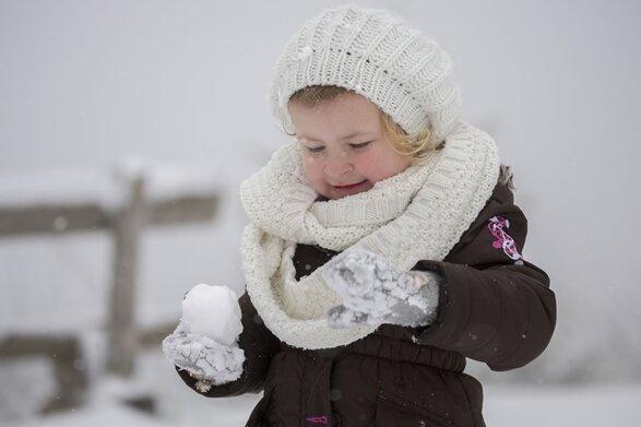 Viel Spaß im Schnee hatte am Freitag die dreijährige Emely-Emilia Köhler aus St. Egidien.