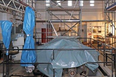 Die Fördermaschine ist momentan unter Planen verborgen, soll aber später ebenfalls modernisiert werden.