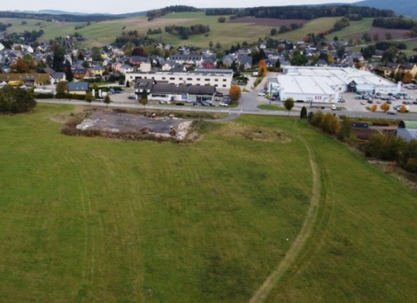 Auf der jetzt noch freien Fläche im Vordergrund soll ein neues Gewerbegebiet in Zschorlau entstehen.