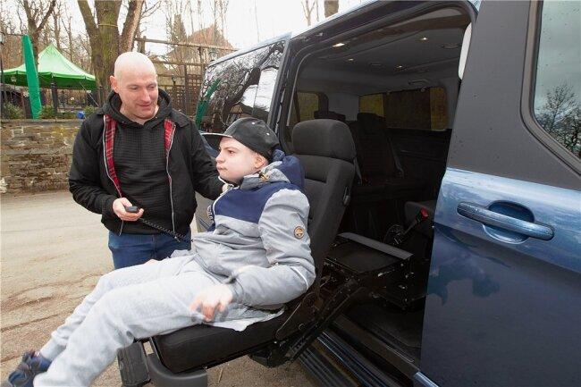 Einem Ausflug in die Natur steht nichts mehr im Weg. Colins Rollstuhl lässt sich problemlos im neuen, behindertengerechten Auto verstauen. Möglich wurde der Kauf durch Spenden.
