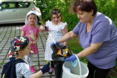 Der Müllsack von High-Point-Mitarbeiterin Carola Reyes füllte sich im Laufe des Nachmittags dank der Kinder immer mehr.