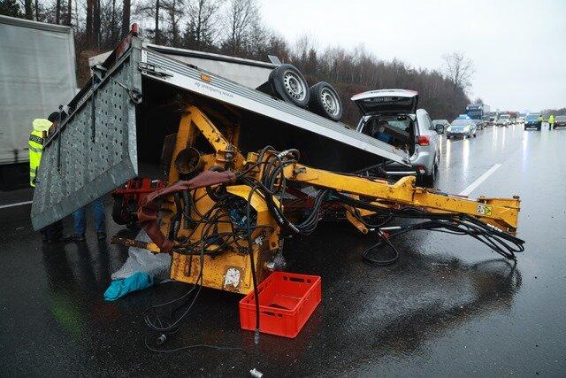 A 4: Auto gerät ins Schleudern - Baumaschine kippt auf Autobahn