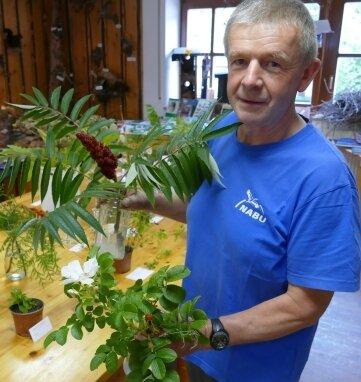 Bernd Seifert präsentiert einige der Neophyten.