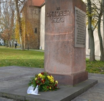 Am Platz der Oktoberopfer in Freiberg erinnert ein Blumengebinde an Opfer von Gewaltherrschaft und Kriegen.