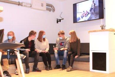 Schick und zeitgemäß ausgebaut und hergerichtet: Die Chill-out-Lounge - in der Evangelisch-Freikirchlichen Gemeinde Lengenfeld soll sie ein Raum zum Reden, Musik hören und TV schauen sein.