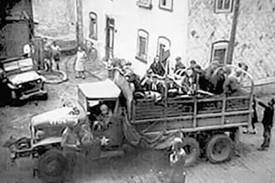 Ein Truck vom 44th Armored Infantry Battalion in Rochlitz. Das Foto entstand im April 1945.