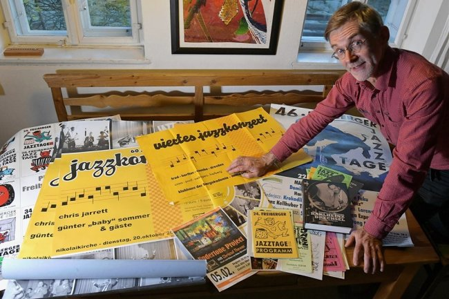 Gert Schmidt mit Plakaten aus der Geschichte des Jazz in Freiberg.
