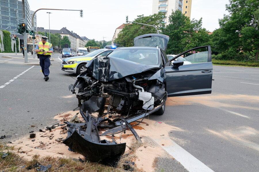 Auto kollidiert mit Straßenlaterne
