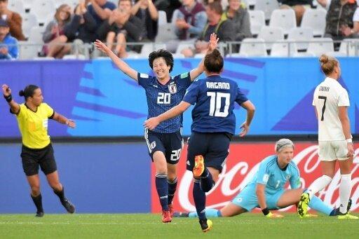 Jun Endo ( l.) erzielt die Führung für Japan