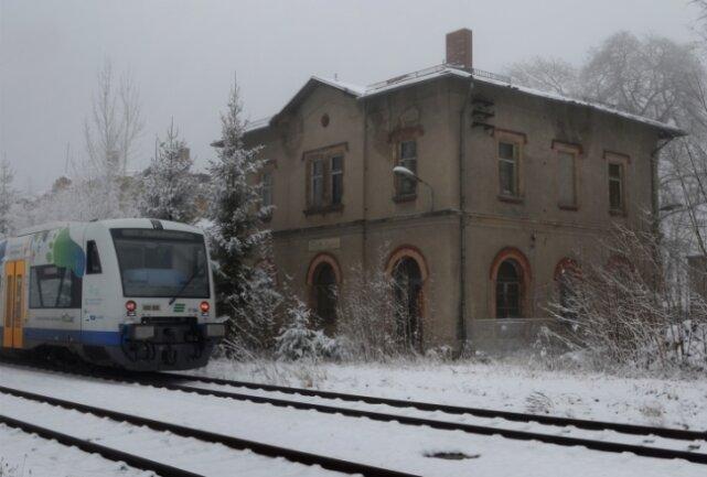 Die Vogtlandbahn rollt am Bahnhof Eich nur noch vorbei. Seit 2011 wird der Haltepunkt nicht mehr bedient.Foto: Joachim Thoß
