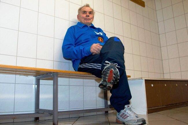 Der frühere Leipziger Nationalspieler Manfred Geisler 2013 beim Fototermin in der Lok-Kabine.