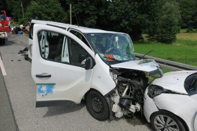 Bei einem schweren Verkehrsunfall auf der Kirchberger Straße mit einem Schulbus (links) zwischen Wilkau-Haßlau und dem Kirchberger Ortsteil Cunersdorf sind am Dienstagnachmittag drei Menschen schwer verletzt worden.