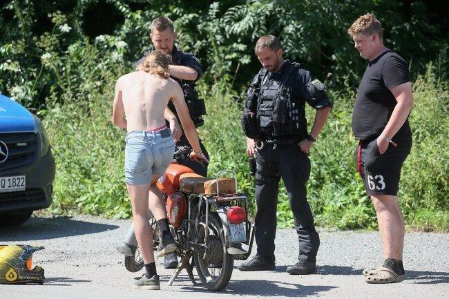 Am Moped von Merlyn Klöden, der mit Tom Böhmelt (rechts) zum Simson-Treffen gekommen ist, haben die Beamten nach einer intensiven Kontrolle nichts zu beanstanden.
