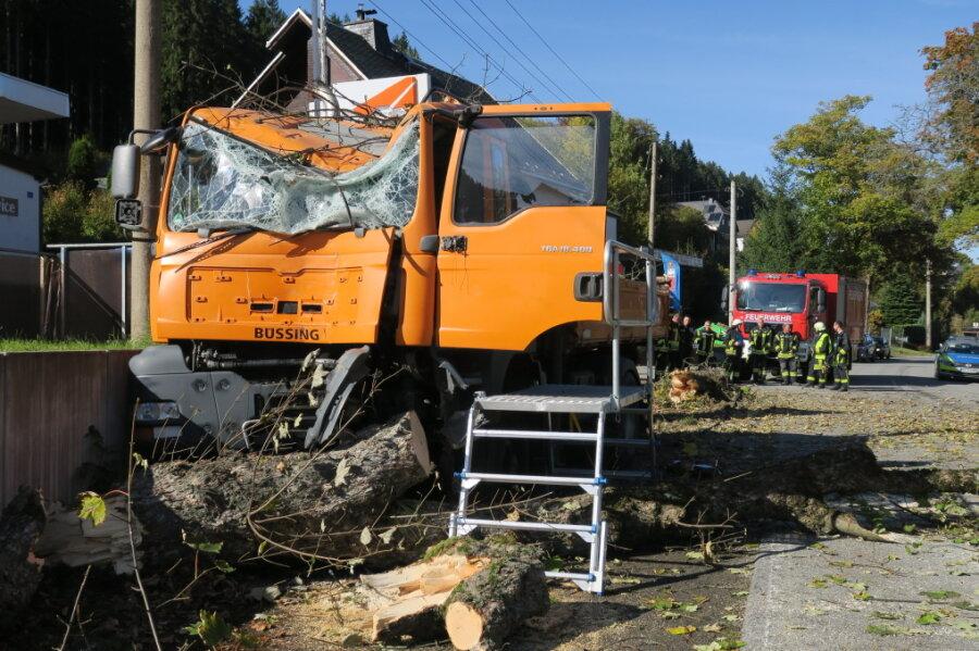 Lkw kracht gegen Baum: Karlsbader Straße in Rittersgrün gesperrt