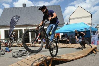 Die Mountainbiker - vorn Kevin Ulbrich - hatten eine Pumptrack-Strecke aufgebaut.
