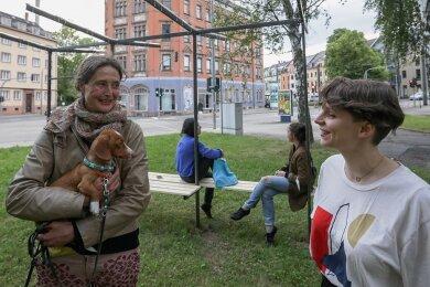 Künstlerin Anke Westermann (mit Hund Linus) im Gespräch mit Ulrike Brantl vom Klub Solitär. Im Hintergrund: Westermanns Haltestelle.