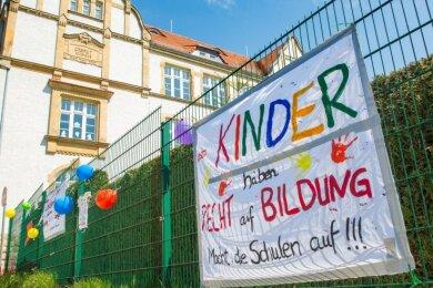Von Eltern gestaltete Transparente weisen seit einer Weile an der Grundschule und der Kindertagesstätte auf die Eltern-Initiative hin.
